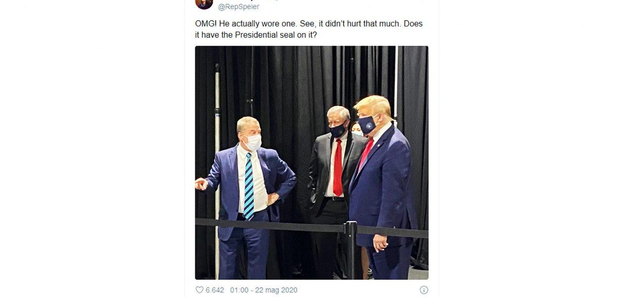 il Presidente degli Stati Uniti d'America Donald Trump sorpreso mentre indossa per la prima volta una mascherina chirurgica anti covid-19 in visita alla Ford in Michigan