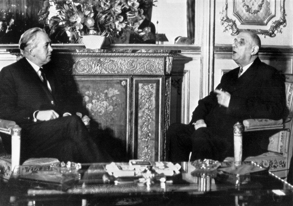 Il primo ministro britannico Harold Wilson, a sinistra, incontra il presidente francese Charles de Gaulle al Palazzo dell'Eliseo a Parigi il 24 gennaio 1967