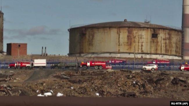 Trasporto attrezzaturre EMERCOM - Fuoriuscita gasolio a Norilsk in Siberia