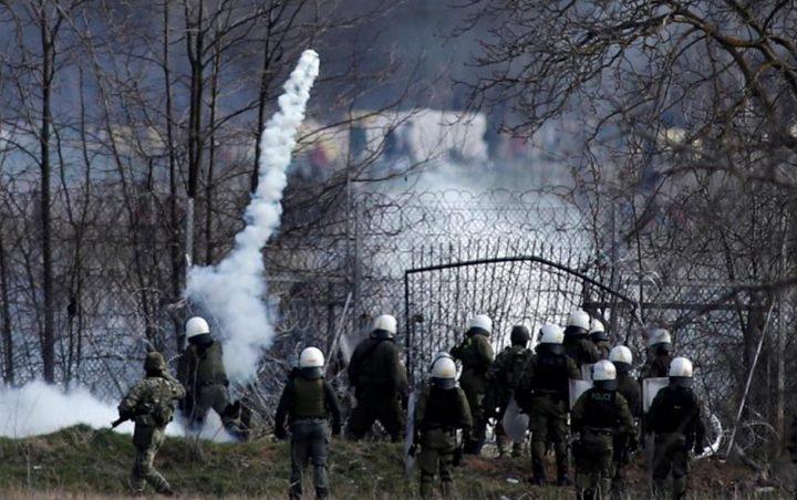 Polizia greca lancia gas lacrimogeni contro i migranti siriani al confine con la Turchia