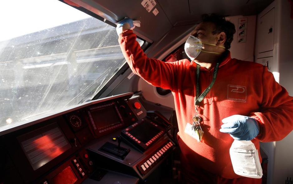 Coronavirus Milano Disinfezione cabina pilotaggio treno